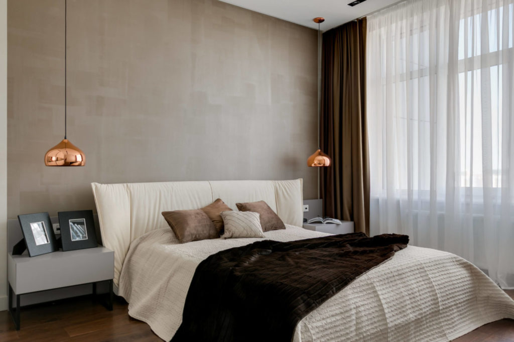 Интерьер спальни в мягких шоколадных тонах