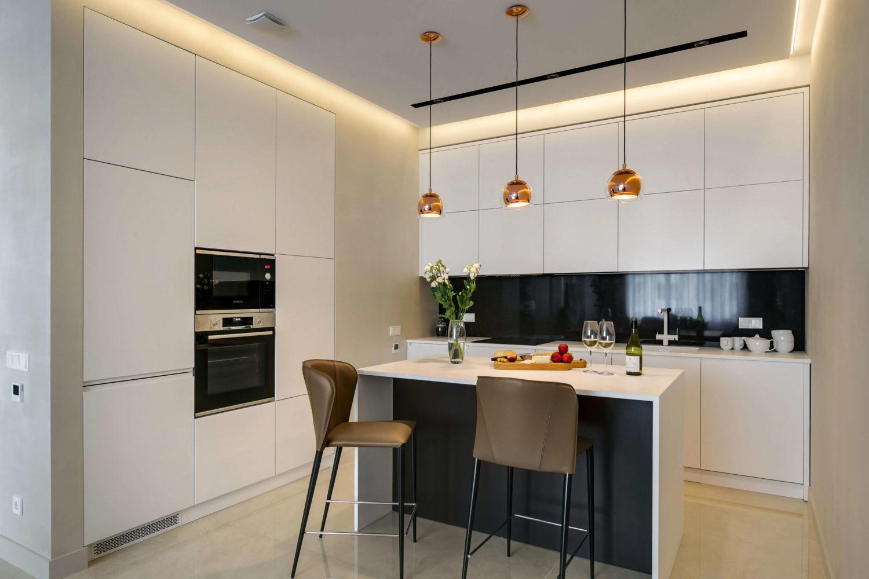 Дизайн кухни в черно-белой цветовой гамме