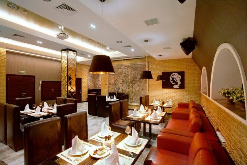 Дизайн интерьера кафе с многослойным освещением