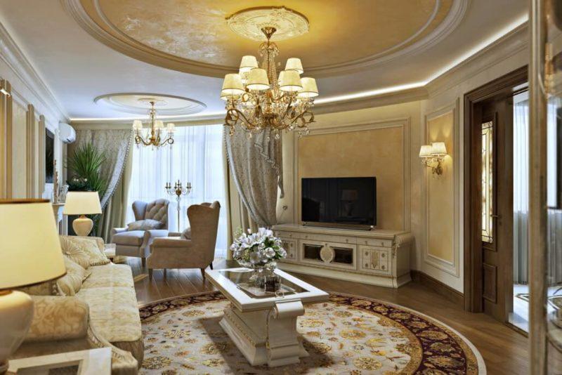 Стильный интерьер гостиной комнаты с классической люстрой