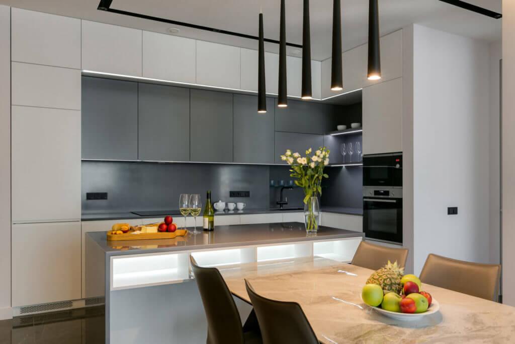 Современный дизайн интерьера кухни-студии в Киеве