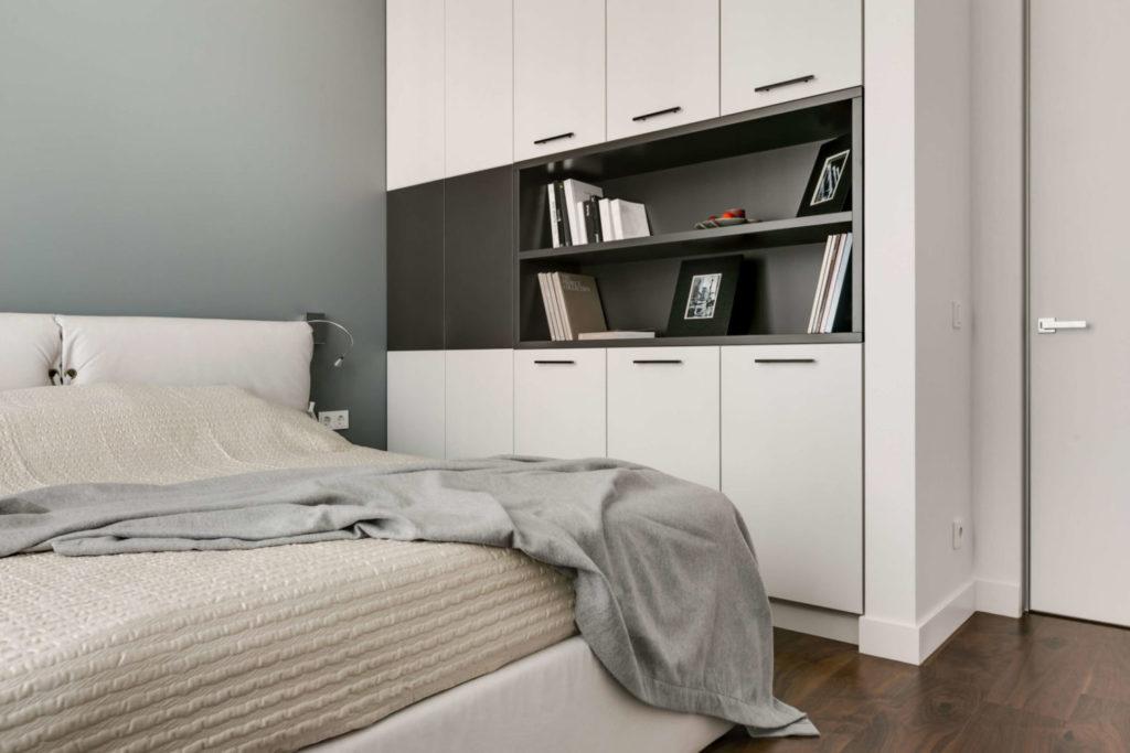 Стильный и вместительный шкаф для хранения вещей в спальне