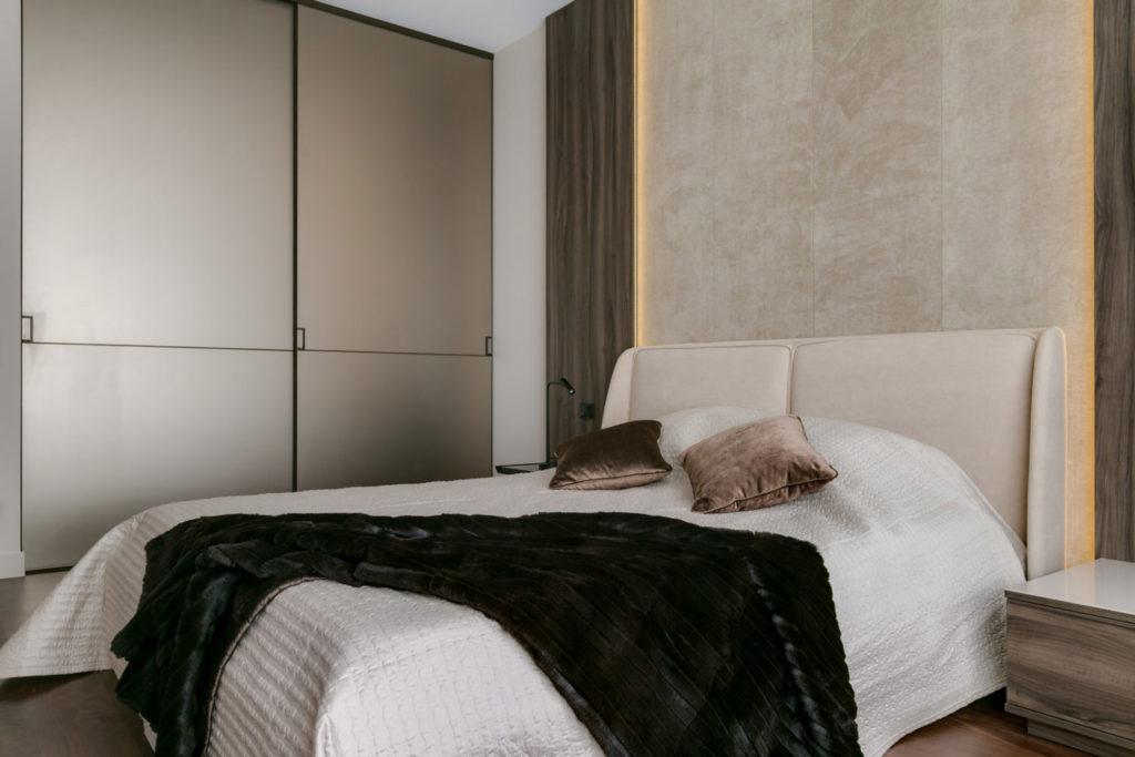 Кровать в современном интерьере спальни