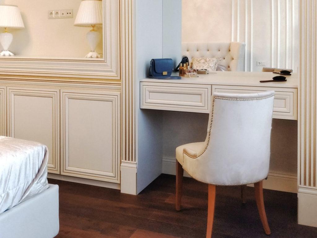 Мебель для уголка красоты в классической спальне
