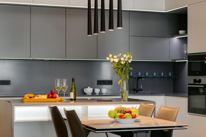 Кухня с хорошо подобранной электрофурнитурой