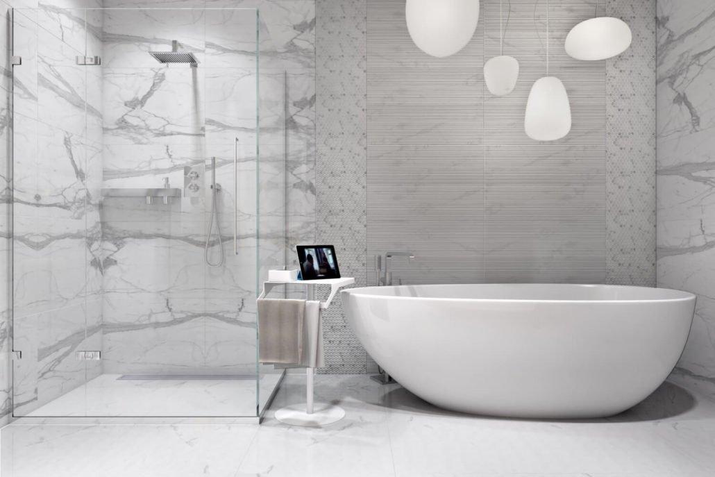Уютная ванная со светлой плиткой