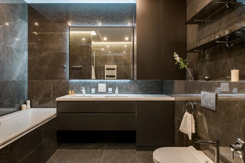 Современный дизайн интерьера ванной комнаты в темных тонах